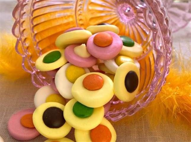KYSSAR. Färgkaskad av rosa, gula och vita mintkyssar med nonstop, vit choklad och mörk choklad. Foto: ANNIKA BROMAN