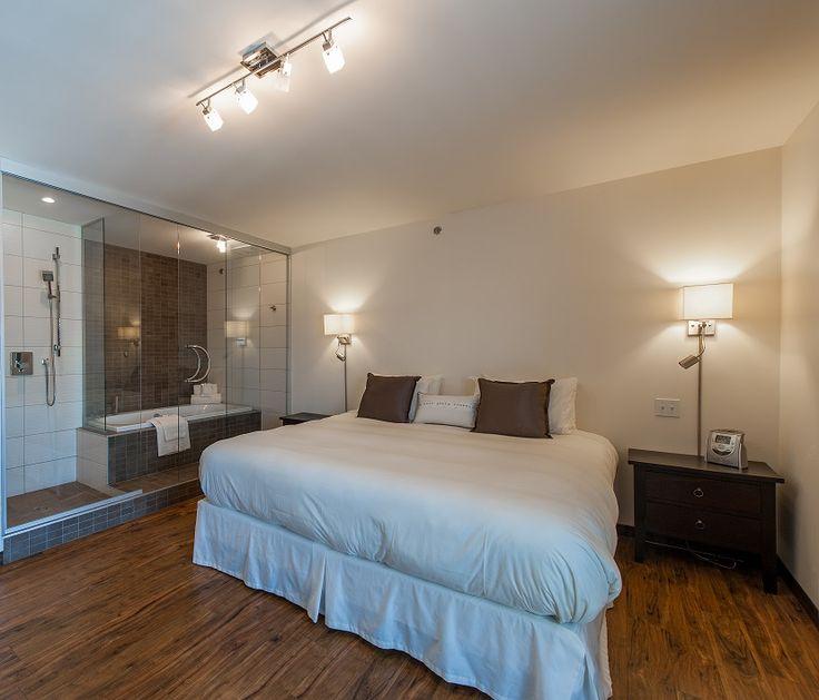 #30 Pavillon Spa --- Superior room. Fireplace. Glass walls for bath and shower. Patio door with balcony. View on Mount Orford. --- Chambre supérieure. Foyer. Douche et bain vitrés. Porte patio avec balcon. Vue sur le mont Orford.