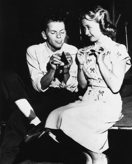 Frank Sinatra & Jane Powell (Powell teaching Sinatra to knit, April 1947)