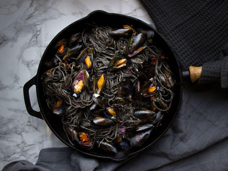 Svart pasta med vitvinskokta musslor   Recept från Köket.se