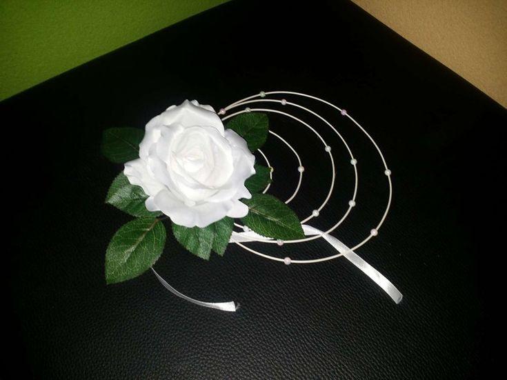 Ratanový krúžok s ružičkou biely na prísavke