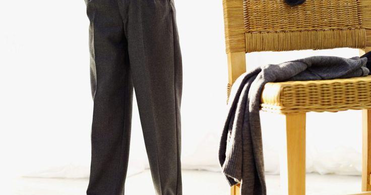 Consejos de moda para camisas adentro o afuera del pantalón. Hasta los hombres tienen que seguir las reglas de la moda, y algunas de estas se refieren a si debes usar la camisa dentro o fuera del pantalón. La mayoría de los permitidos y los prohibidos de la moda en cuanto a las camisas se basan en la altura y el peso del hombre, otros en la ocasión para la que se la usa. Una regla que se aplica a todos: ...