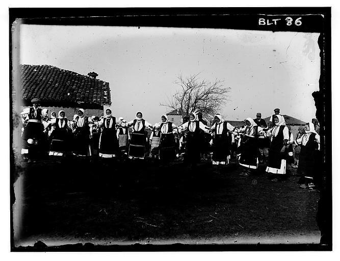 Grèce ; Macédoine ; Negocani (Νίκη-Φλώρινα)  (1916-1917) Légende Dans le village : la ronde Auteur photoBlanchet, Joseph
