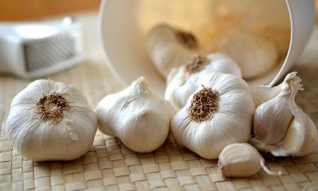 Il caso dell'aglio nell'amatriciana di Carlo Cracco svela un'Italia divisa dal soffritto.