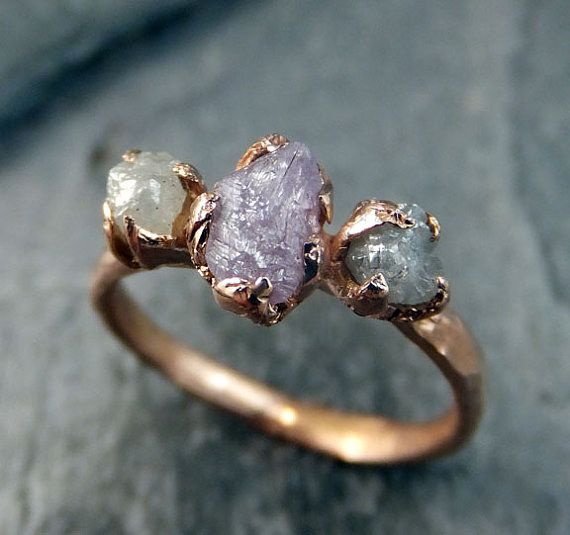 Este anillo rosa con un trío de diamantes en bruto: | 43 Deslumbrantes anillos de compromiso de oro rosa que te dejarán sin aliento