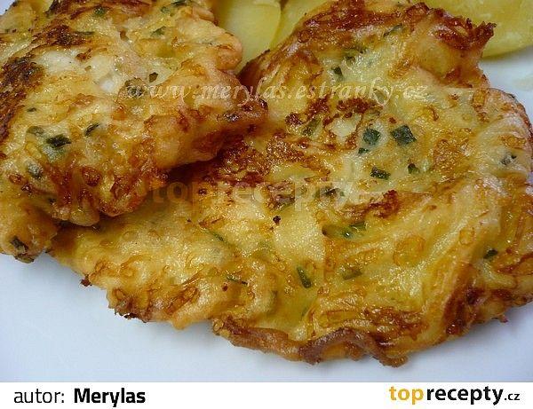 Kuřecí řízky mírně naklepeme a osolíme. Na těstíčko si rozšleháme vejce s mlékem a moukou, přidáme jemně nastrouhaný sýr, na nudličky nakrájený...