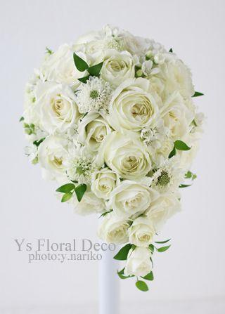 日曜日の二次会用にお作りさせていただいた白グリーンのティアドロップブーケです。白バラを主体に、スカビオサやホワイトスターを取り入れました。緑の葉はスマイラ...