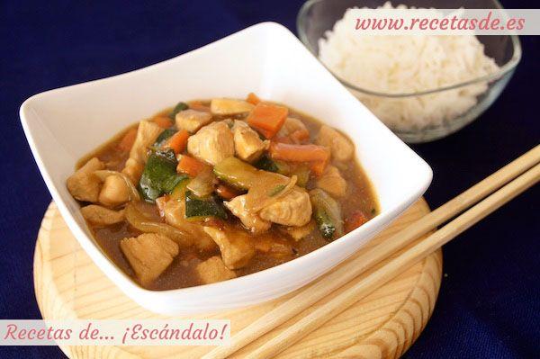 Exquisita receta tradicional asiática, con verduras al dente y pollo macerado en salsa de soja y jengibre. El toque de las almendras es delicioso :P