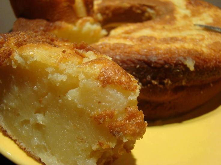 Bolo. Engorda marido kkkkkkCremoso: .1 lata de leite condensado .a mesma medida (lata) de leite de vaca .a mesma medida de leite de coco .a mesma medida de farinha de trigo .1/2 medida de açúcar .3 ovos inteiros .3 colheres de sopa de margarina Bata bem todos os ingredientes no liquidificador. Coloque em uma forma untada e polvilha e leve ao forno médio até que fique dourado. Tem uma consistência de pudim e é delicioso. Ps: Nao vai fermento mesmo! Rendimento: 20 porções Tempo de Preparo: 1…