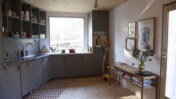 EGNE FRONTER: Arkitekten har selv utformet egne kjøkkenfronter med skinnhåndtak med basis i et Ikea-kjøkken.