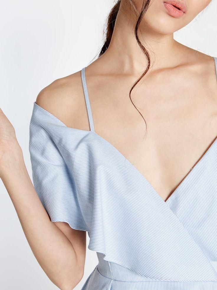Midi dress dengan aksen ruffle di bagian dada depan ini terbuat dari bahan katun-nylon. Terdapat aksen elastic band di bagian pinggang serta saku tersembunyi di samping.