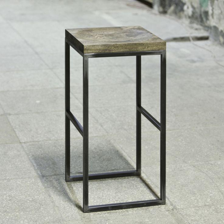 Барный стул в актуальном стиле лофт. Металлический каркас правильных форм завершает деревянный табурет с естественной фактурной отделкой.  Материал: дубовый мебельный щит 40мм, масло, стальной крашеный каркас 20х20мм. Возможная высота сидения: 670мм (высота столешницы 900мм); 750мм (высота столешницы 1000-1100мм); 800мм (высота столешницы 1100-1200мм). Фактура сиденья: ступенчатый/гладкий Отделка дерева: темнок-оричневое масло, бесцветное масло, белое масло Возможны разные варианты…