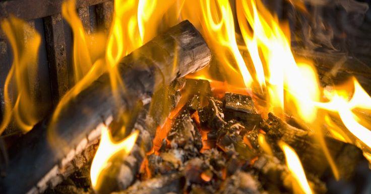 Qué tipo de transferencia de calor usa el fuego de leña. Un fuego de leña utiliza los tres tipos de transferencia de calor que existen en la naturaleza y que son conocidos por la física. Estos incluyen la convección, que es una transferencia de calor a través de corrientes de aire. La conducción es la transferencia de calor a través de objetos sólidos, tales como el suelo o los ladrillos en una pared de ...