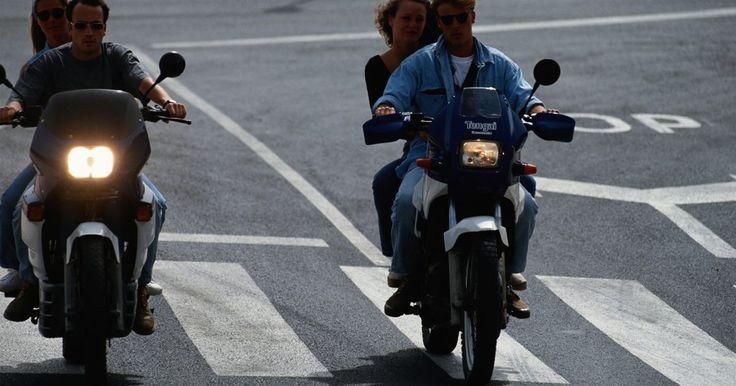 Procedimiento para apuntar correctamente las luces de la motocicleta. La luz de una motocicleta es vital para conducir de forma segura por la noche o en situaciones de poca luz, iluminando los posibles peligros de la carretera y alertar a otros conductores de la presencia del motociclista. La mayoría de los faros de motocicletas no están dirigidas correctamente, un problema que puede hacer que la conducción nocturna ...