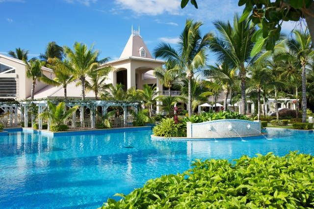 With over half a kilometre of sandy beaches, Sugar Beach covers more than 12 hectares featuring beautiful landscaped tropical gardens with contemporary plantation-style architecture. The buildings comprise the central reception, the Manor House and 16 villas - ten with 12 rooms each and six with 10 rooms each. Guests have access to the facilities of La Pirogue which is within walking distance