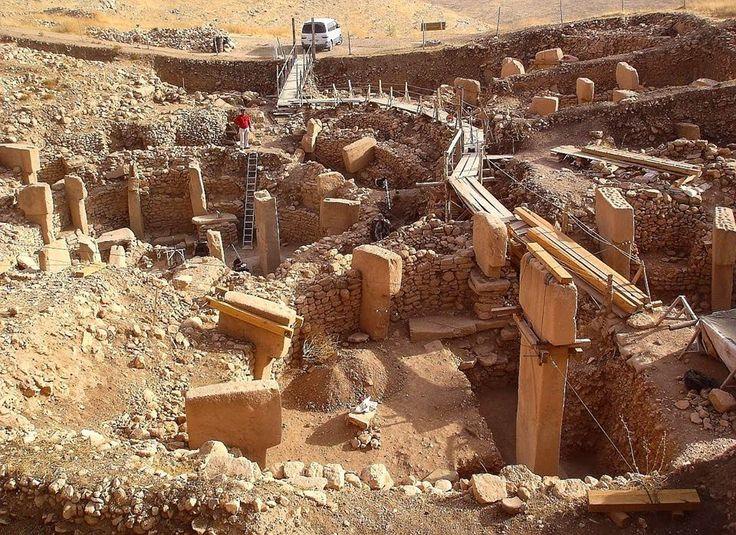 2.Göbekli Tepe bulguları, bu soruları bile 'anlamsız' hale getirdi!  Zira Şanlıurfa'da ortaya çıkarılan tapınaklar, Stonehenge'den 7000, Piramitler'den 7500 yıl eskiydi!