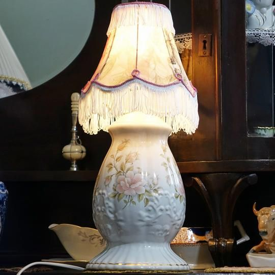 Stolná lampa z anglického porcelánu (výška 41,5 cm) S možnosťou fakturácie. Prepravné náklady  nie sú v cene.