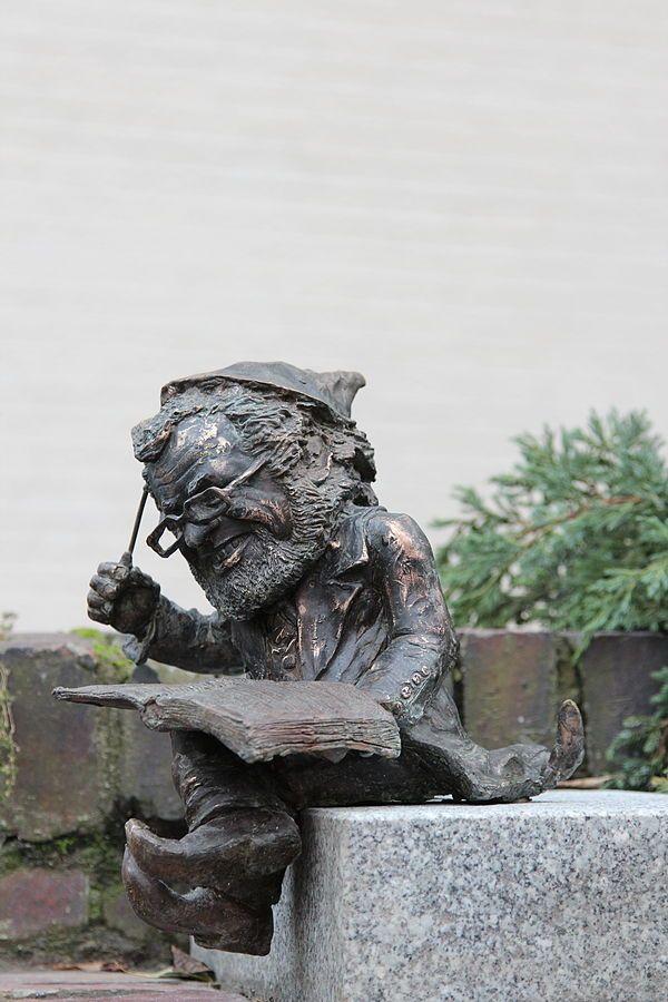Szomol wrocławski krasnal znajdujący się przed Filharmonią Wrocławską na Piłsudskiego 19; autorzy: Piotr Makała i Marta Mirynowska