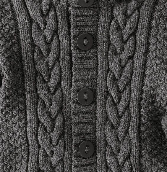 Des manches retroussées et un col haut pour garder les pitchouns au chaud....On adore ce modèle de blouson uni fermé par 5 boutons 30 mm (6 pour les 8 et 10 ans) et ces multiples points fantaisie, le tout tricoté dans un fil classique et très doux. Réalisé en Laine PARTNER 6 coloris minerai.