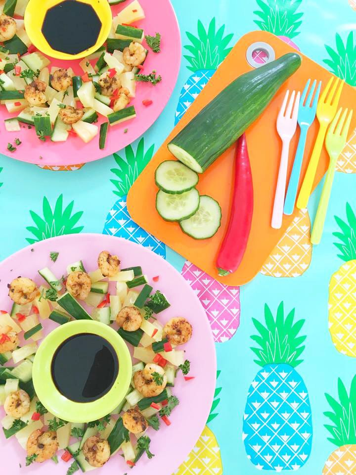 Spicy Side Salad pineapple, red pepper, cucumber and shrimps / ananas garnalen en komkommer