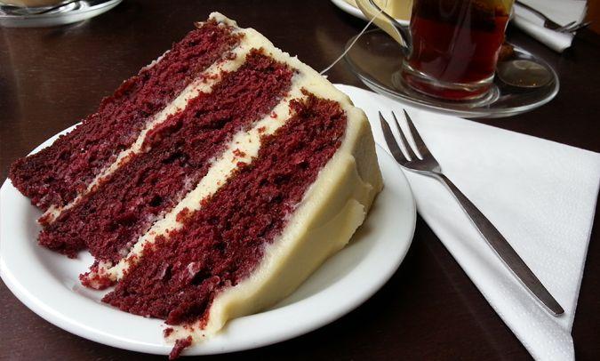 RED VELVET CAKE BIJ DE DRIE GRAEFJES  Dus. Ik weet niet maar man on man taart eten is best wel fucking awesome ofzo. Het heeft iets raars maar ook iets ontspannends. Ik ben niet echt van zoete dingen maar somehow maakt dat bij een goede piece niet zoveel uit. Eet ééntje met je boys of tijdens een businessmeet en je hebt echt een ander gesprek, in een hele andere sfeer dan lunch.  Ik hou van Red Velvet cake. De ALLERbeste Red Velvet van Amsterdam eet je bij De Drie Graefjes (3.50 euro) achter…