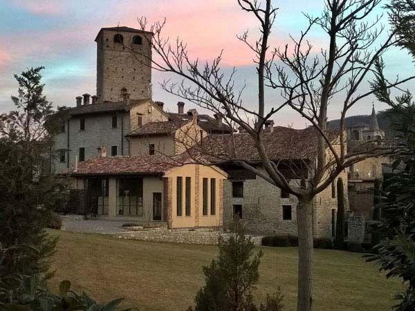 I colori del #tramonto riscaldano l'atmosfera al #Castello Malaspina di Varzi