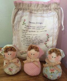 Este conjunto é composto de três bonecas e um saquinho bordado a mão contando a lenda das Bonecas Amigas! <br>Uma ótima opção para presentear do bebê à vovó! <br>Confeccionado nas cores de sua preferência!