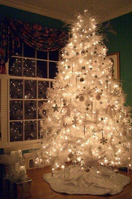 Gorgeous white Christmas tree . . . Absolutely LOVE white Christmas trees . . .