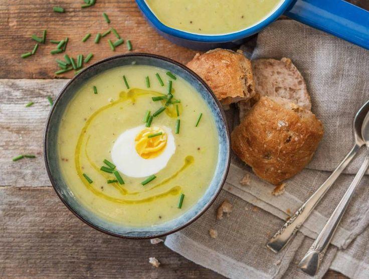 Een zachte, romige en zoete soep. Geserveerd met een eitje die net niet hard gekookt is, zodat het eigeel zijn romige smaak be-houdt. Het mosterdzaad geeft het gerecht een pittige twist. Een heerlijke lichtgroene soep voor tijdens de donkere dagen!