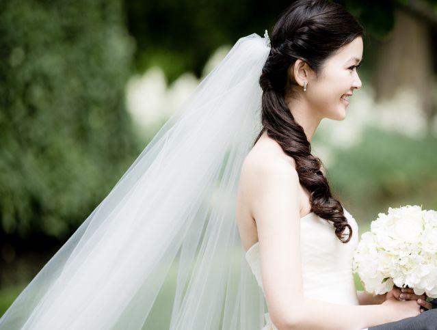 Een mooie sluier maakt het af #bruiloft #bruid #haar #lente #vlecht #makeup #wedding #hair #hairstyles | Half opgestoken bruidskapsels | ThePerfectWedding.nl | Fotografie: Eppel