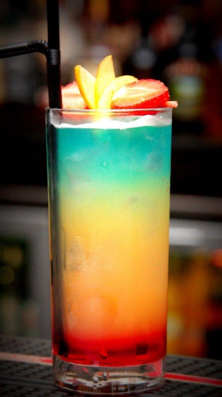 Cóctel paraíso: ron blanco, ron Malibu, jugo de naranja azul, jugo de piña, jugo de granada despliegue