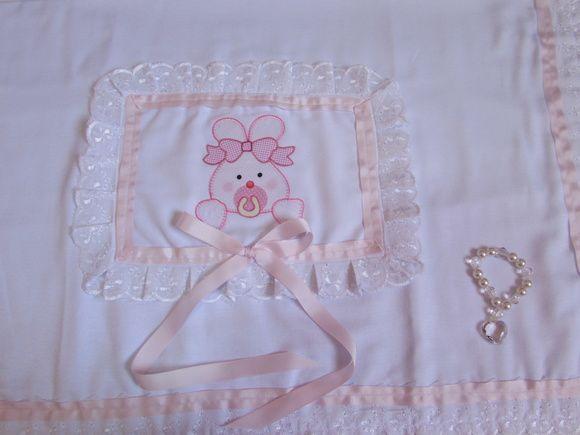 Manta estilo cobertor ou Colcha para berço    - 1 Manta em tecido de Fustão  .......Dupla face  .......com forro em Flanela lisa  .......com aplicação feito a maquina  .......com bordado em lese e fita de Gorgurão    Tamanho  comprimento 95 cm  Largura 77 cm    cor  branco