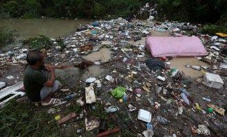Паттайя под водой  сентябрь 2015  Авиабилеты Москва - Бангкок от 24000 руб.  Тропическая депрессия Vamco стучал много областей Таиланда особенно восточного региона с дождем и порывистым ветром в ночь на среду. В Паттайе насосы были введены чтобы сражаться внезапное наводнение и люди были эвакуированы в безопасное место. Шторм был понижен в клетку низкого давления в четверг утром но все еще чего устойчивый дождь в нижнем северо-востоке. (Фотографии Chanat Katanyu и Pattarapong…