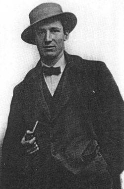 Antonio Sant'Elia (* 30. April 1888 in Como; † 10. Oktober 1916 in Monfalcone) war ein italienischer Architekt des Futurismus. Antonio_Sant'Elia.jpg (250×381)