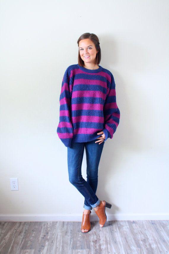 Dies ist ein großer übergroße Pullover. Ist es sehr nautischen mit Spaß blau und blau und lila Streifen. Es ist ein schweres Material, ideal für