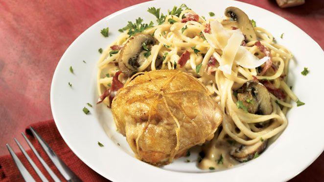 Hauts de cuisse de poulet farcis sur linguines sauce à la crème et aux champignons | Recettes IGA | Volaille, Pâtes, Recette facile