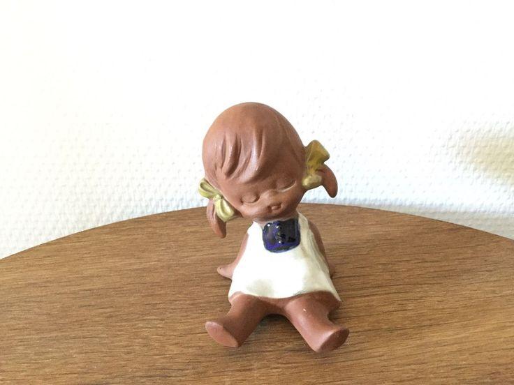 Keramik, Figur, Fin lille pige med lukkede øjne, kjole på og fine sløjfer i håret. Helt intakt. Japansk pige der er 9 cm. høj