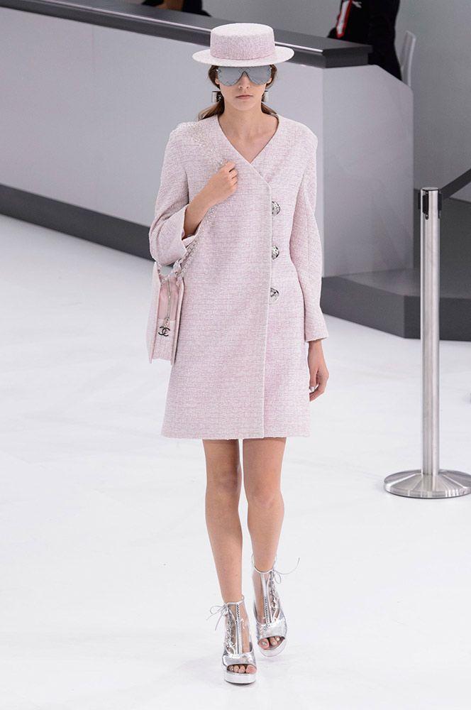 Chanel Lente collectie 2016. Je ziet een klassieke mantel van Chanel. De roze pastelkleur maakt het ook heel vrouwelijk. De hoed en de tas past er ook bij door de zelfde stof en kleurgebruik.