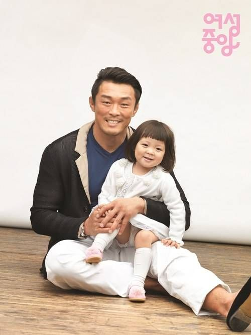 Choo Sung Hoon and Choo Sarang are a happy family for the cover of 'Women's JoongAng' | http://www.allkpop.com/article/2014/02/choo-sung-hoon-and-choo-sarang-are-a-happy-family-for-the-cover-of-womens-joongang
