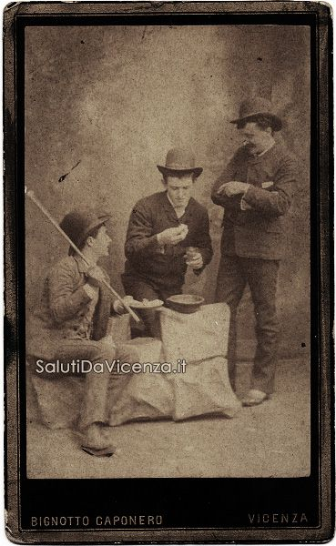 Scommessa persa! Due amici costringono il personaggio al centro a pagare un debito di gioco. La foto risale alla fine dell'Ottocento e fu scattata dallo studio di Bignotto e Caponero.