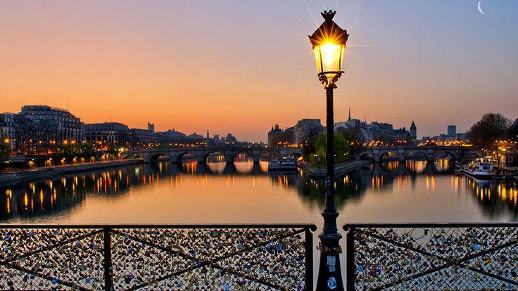 De rivier de Seine loopt aan de zuidoostelijke kant, de stad Parijs binnen. En stroomt uit de zuidwestelijke kant er weer uit. Over de Seine lopen minstens 30 bruggen van de ene kant van Parijs naar de andere kant.