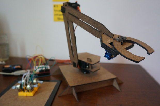 Braço Robótico Simples (Robotic Arm + Leap Motion) / Laser Cutter: 7 Steps