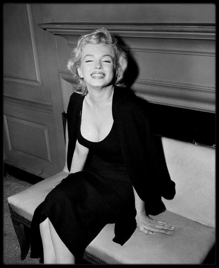 21 Juin 1956 / A l'annonce du mariage imminent de Marilyn et de MILLER, les journalistes campèrent devant l'immeuble de Marilyn, à Sutton Place ; cette dernière organisa par conséquent une conférence de presse dans le hall de l'immeuble.