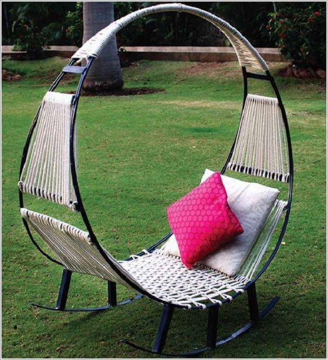 Милый вариант создать кресло-качалку на открытом воздухе, что вдохнет новую жизнь в оформление двора.
