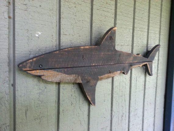 Madera arte de tiburón de madera reciclado cerca. Reciclado