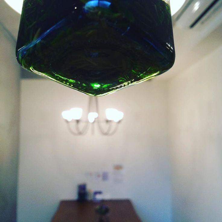 我が家のお庭で元気に育っているローズマリーを抽出中 数日後瓶を持ち上げて光に照らして見たところ無機質なコンクリートの向こうにとても綺麗なグリーン色 これでもうすぐ軟膏つくります楽しみです  #ローズマリー軟膏 #ハーブチンキ #ハーブ軟膏 #ハーバルメディスン #上尾 #ハーブショップ #葉の園 #カフェ