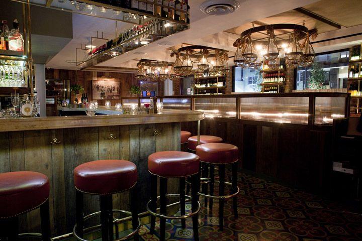Красные стулья в баре