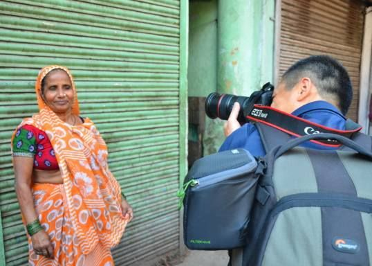 A guest on a street photography walk in Delhi taking picture of a local woman #streets #photography #phototours https://plus.google.com/AgraKhanaIndia