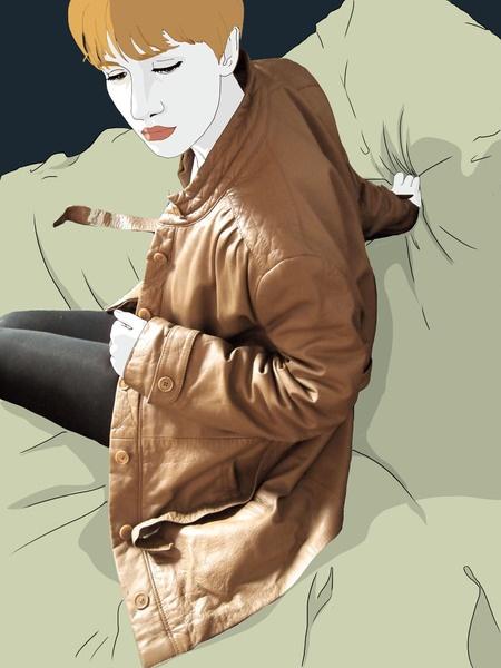 Giacca in pelle anni 80' color caffellatte.  Collo alla coreana, chiusura con bottoni, più cintura. Linea semplice, ma con piccoli dettagli che la ...