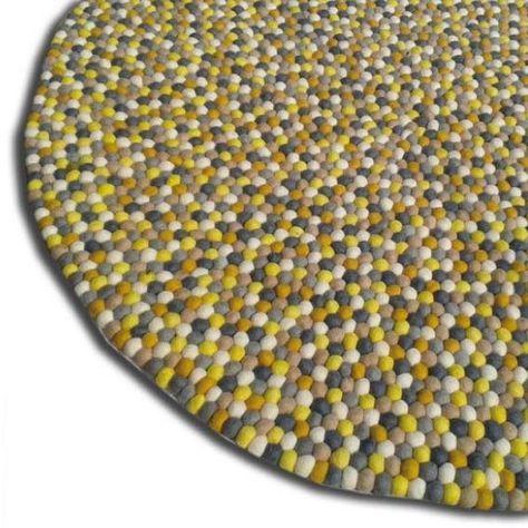 Prachtig kleed gemaakt van duizenden kleine viltballetjes in de meest prachtige kleuren. De kleden worden in Nepal met de hand gemaakt van wolvilt balletjes die